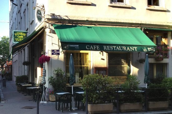 Hotel Axotel Lyon Perrache: The restaurant across the street