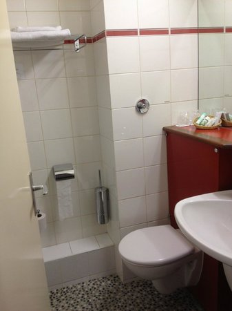 Hotel Axotel Lyon Perrache: The tiny but clean bathroom