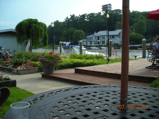 Ship-N-Shore Hotel: Garden/Patio on the River