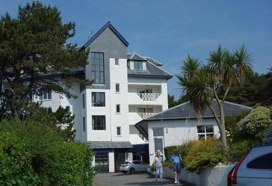 Aberdyfi (Aberdovey), UK : Side sea view rooms and hotel entrance
