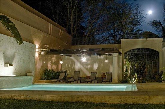 Hotel Villa Verde Merida: Swimming Pool by Moonlight