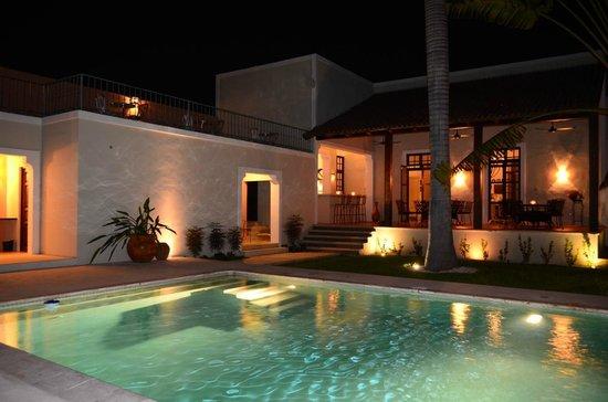 Hotel Villa Verde Merida: Swimming Pool by Night