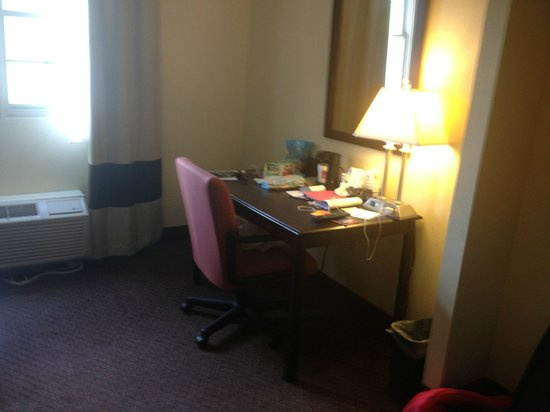 The Norwich Hotel: Desk area