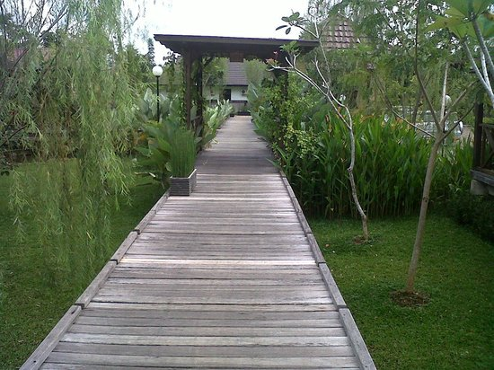 Gardenia Resort and Spa: Pathway to our Villa