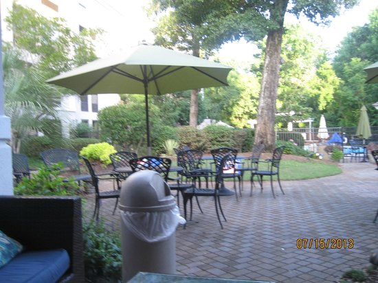 Hampton Inn & Suites Wilmington/Wrightsville Beach: This is the courtyard ... very pleasant!