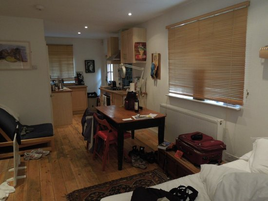 At Home London B&B: converted garage apt