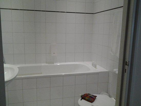 La Bergere Apartments: Salle de bain