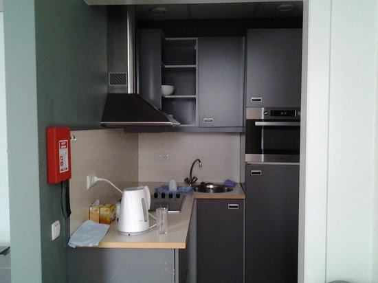 La Bergere Apartments: Kitchenette