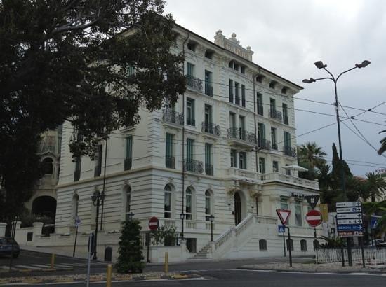 Hotel de Paris Sanremo: вид отеля с набережной