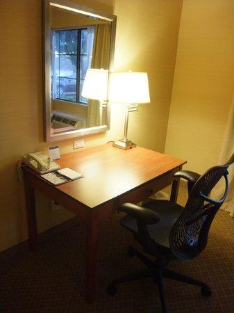 Hilton Garden Inn Valencia Six Flags: Schreibtisch mit Telefon