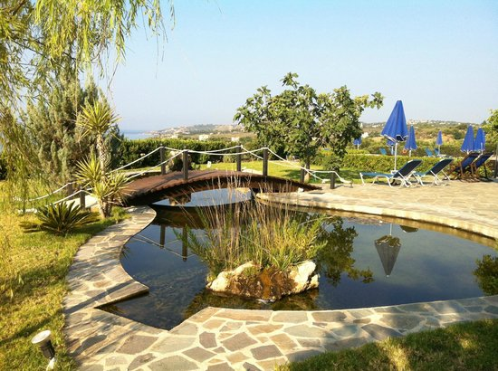 Trapezaki Bay Hotel: peaceful water feature