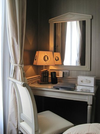 Hotel Saint-Jacques : Desk in our room.