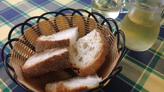 Trattoria della Stampa: Service bread and a quarter liter of white wine