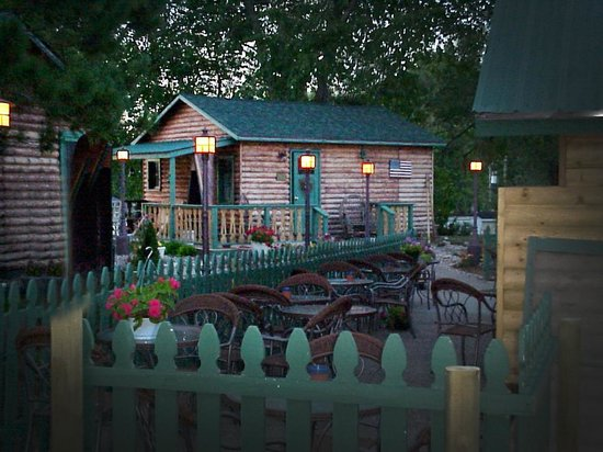 Froggy's Wing-Dam Grille: Seating area & surrounding Cabins