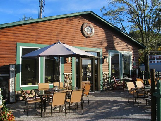 Froggy's Wing-Dam Grille: Wine Pavillion