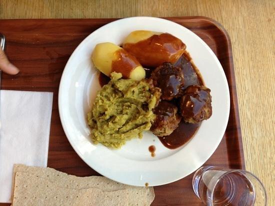 Kaffistova: polpette di renna, patate e puré di piselli