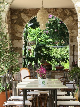 La Locandiera: Terrace where breakfast is served