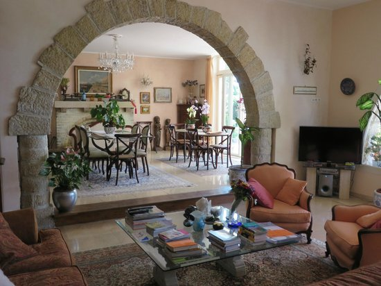 La Locandiera : View of living/dining area of home