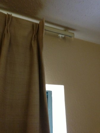 Extended Stay America - Washington, D.C. - Alexandria - Landmark: Broken curtain rod