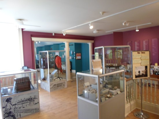 Niagara Historical Society & Museum: Brightly lit; display cases, staff to assist with questions
