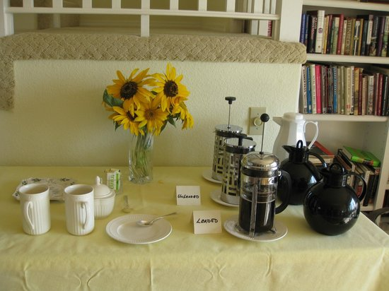 Seven Quails Vineyards Bed & Breakfast: beautiful coffee station in the mornings