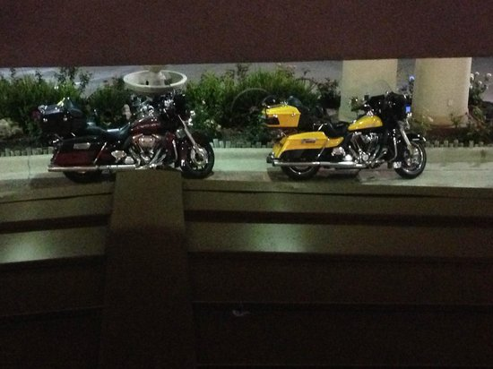 ‪هوليداي إن إكسبرس آند سويتس إيست أماريلو: Our motorcycles parked under the awning, viewed from my room.‬