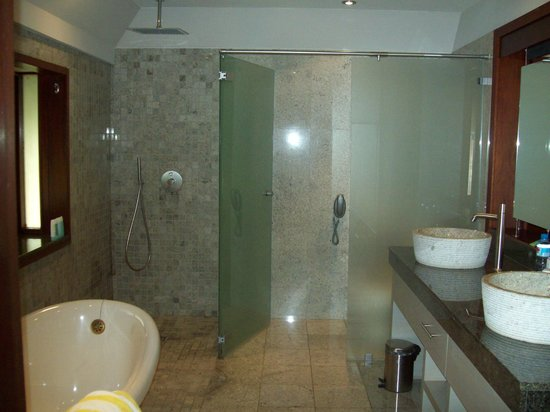 Hilton Moorea Lagoon Resort & Spa: very open bathroom design