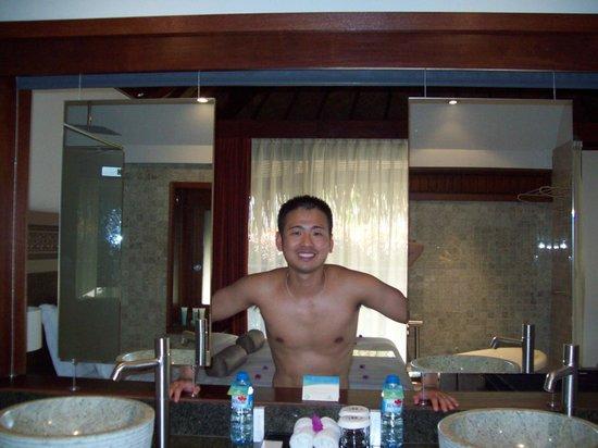 Hilton Moorea Lagoon Resort & Spa: window from bathroom into main room of bungalow