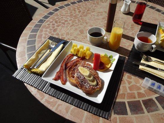 Arnold Black Bear Inn: Breakfast on the patio