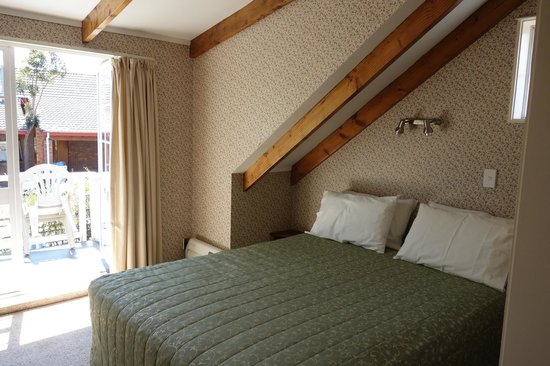 The Cottage Mews Motel Taupo: The upstairs bedroom & balcony