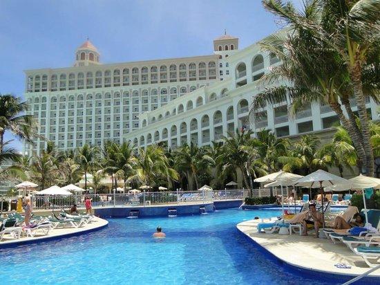 Hotel Riu Cancun: Vista do hotel e piscina...