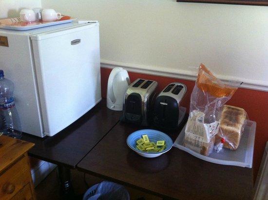 Donnybrook Lodge: Yogurt, toast, juice