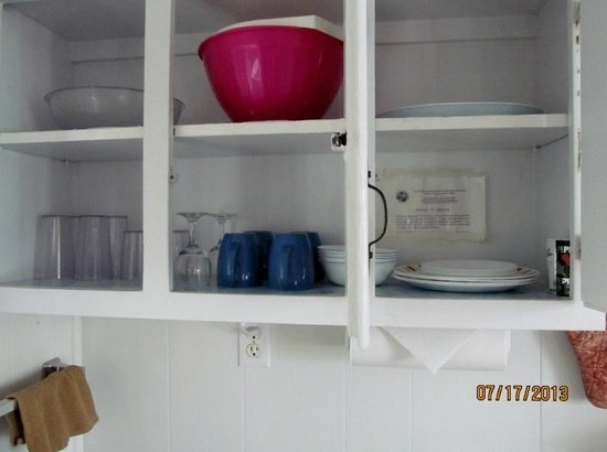 Tropical Winds Motel & Cottages: Mixing bowls, cups, glasses, plates, bowls.