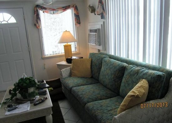 Tropical Winds Motel & Cottages: Living room area.