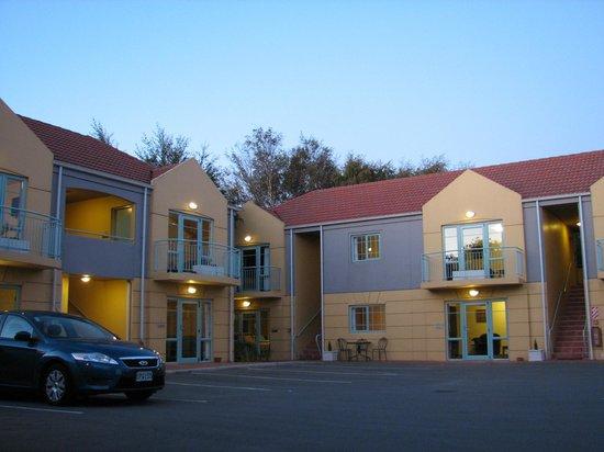 Denton Park Motel: Motel carpark