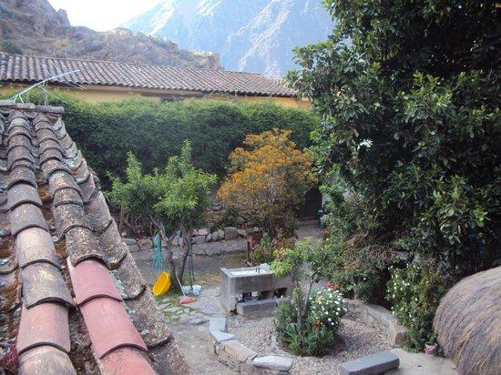 Hostal El Tambo: Patio -jardín  con lugar de lavado de ropa