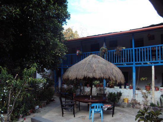 Hostal El Tambo: Patio -jardín con vista a baranda de habitaciones