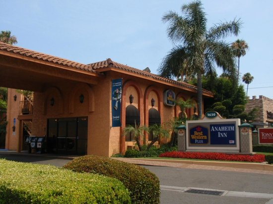 BEST WESTERN PLUS Anaheim Inn : outside of the hotel