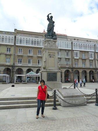 Plaza de María Pita: El monumento de María Pita