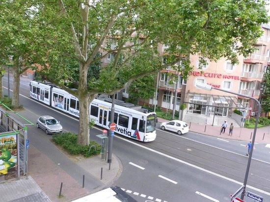 Mercure Hotel & Residenz Frankfurt Messe: vista do quarto para a Voltastrasse.
