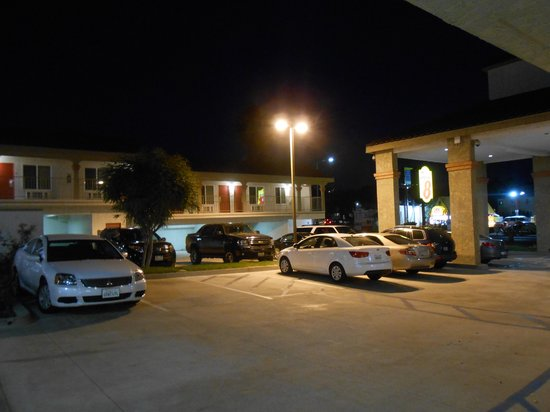 Motel 6 La Mesa CA: Well lit parking lot.