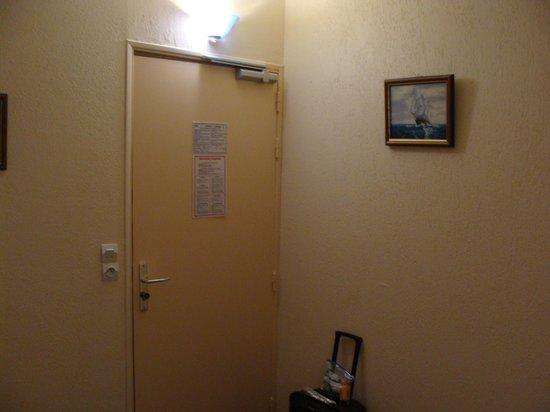Hotel Le Francais : Room entrance