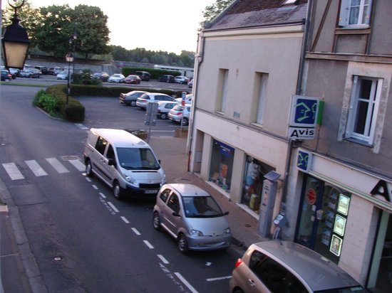 Hotel Le Francais : Street & Parking lot outside hotel window