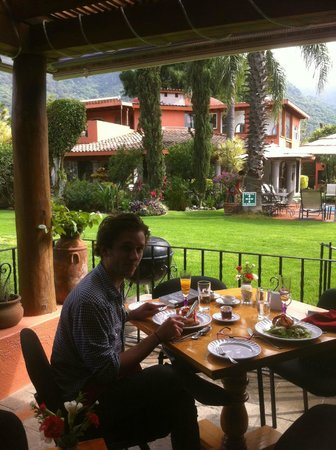 Villa del Tepoz Fuego: Full breakfast in the garden