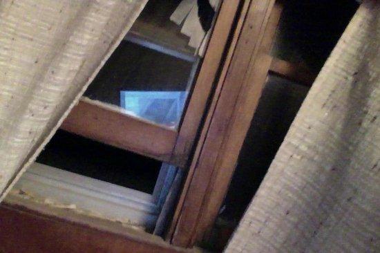 The Elite Suites: Broken uncleaned window