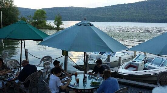 The Blue Mingo Grill: overliiking the lake