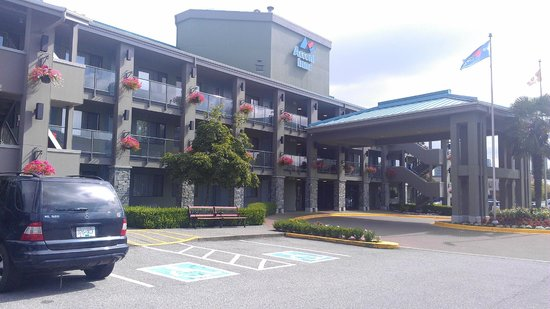 Accent Inn Burnaby: Front entrance at hotel
