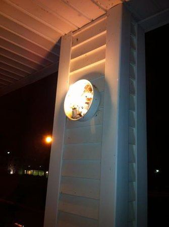 Howard Johnson Inn Cleveland Airport: broken light fixtures