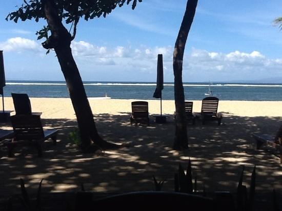 Besakih Beach Hotel: vue sur la plage