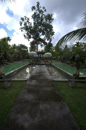 The Mansion Resort Hotel & Spa: The walk to the pool